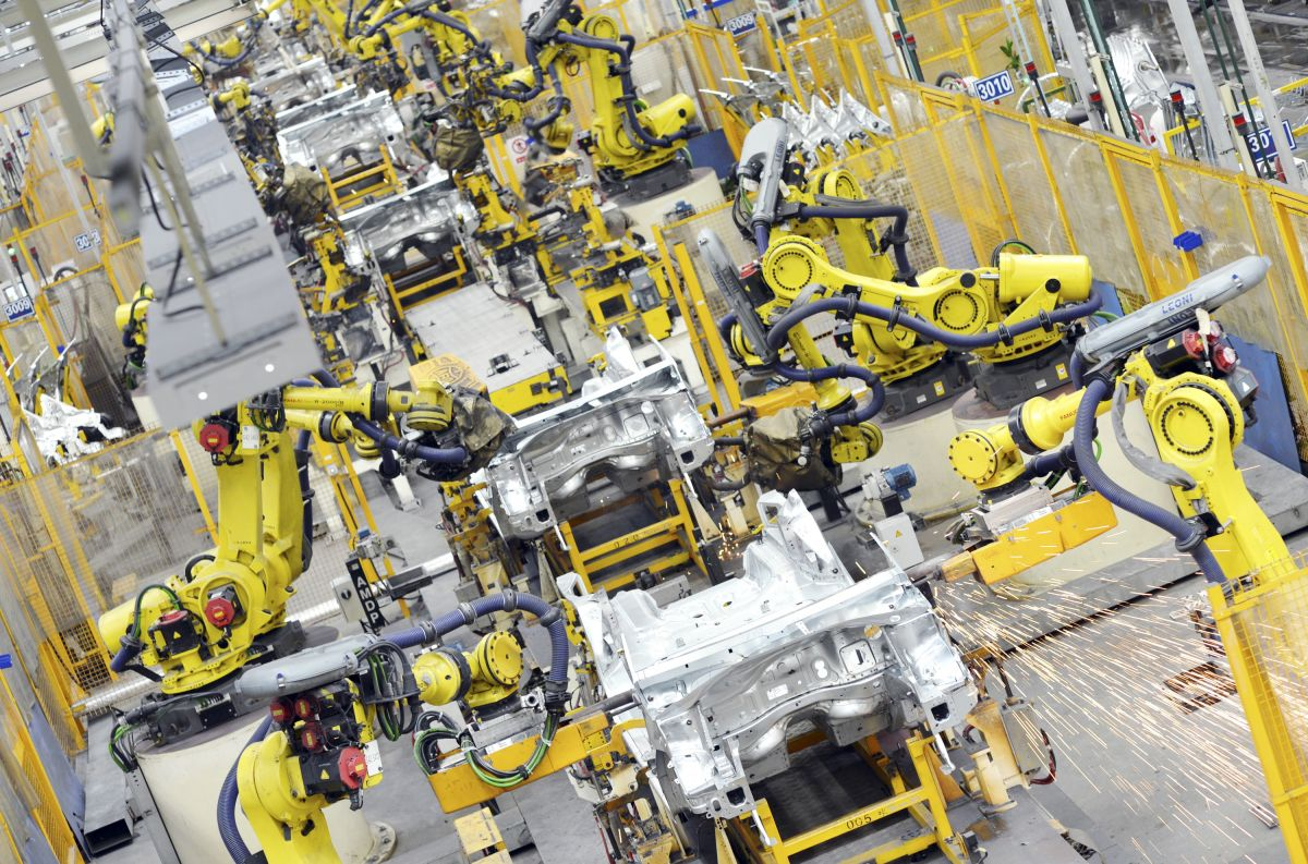 --FILE--Robot arms weld car parts at an auto plant of Dongfeng Peugeot Citroen Automobile Co., Ltd. in Wuhan city, central China's Hubei province, 24 September 2014. China will have more robots operating in its production plants by 2017 than any other country as it cranks up automation of its car and electronics factories, the International Federation of Robotics (IFR) said on Thursday (5 February 2015). Already the biggest market in the $9.5 billion global robot trade, or $29 billion including associated software, peripherals and systems engineering, China lags far behind its more industrialized peers in terms of robot density. China has just 30 robots per 10,000 workers employed in manufacturing industries, compared with 437 in South Korea, 323 in Japan, 282 in Germany and 152 in the United States. But a race by carmakers to build plants in China along with wage inflation that has eroded the competitiveness of Chinese labour will push the operational stock of industrial robots to more than double to 428,000 by 2017, the IFR estimates.