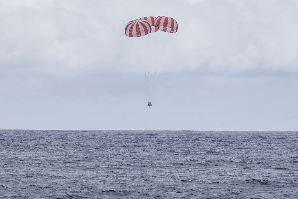 CRS-4 Dragon About to Land. Image Credit: SpaceX, Wikimedia