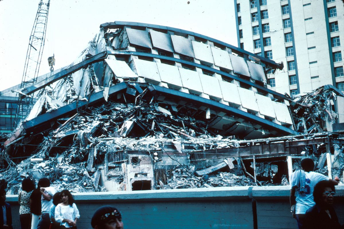 The Pino Suarez apartment complex in Mexico City was completely flattened by an earthquake in 1985. Image credit: United States Geological Survey via Wikimedia Commons