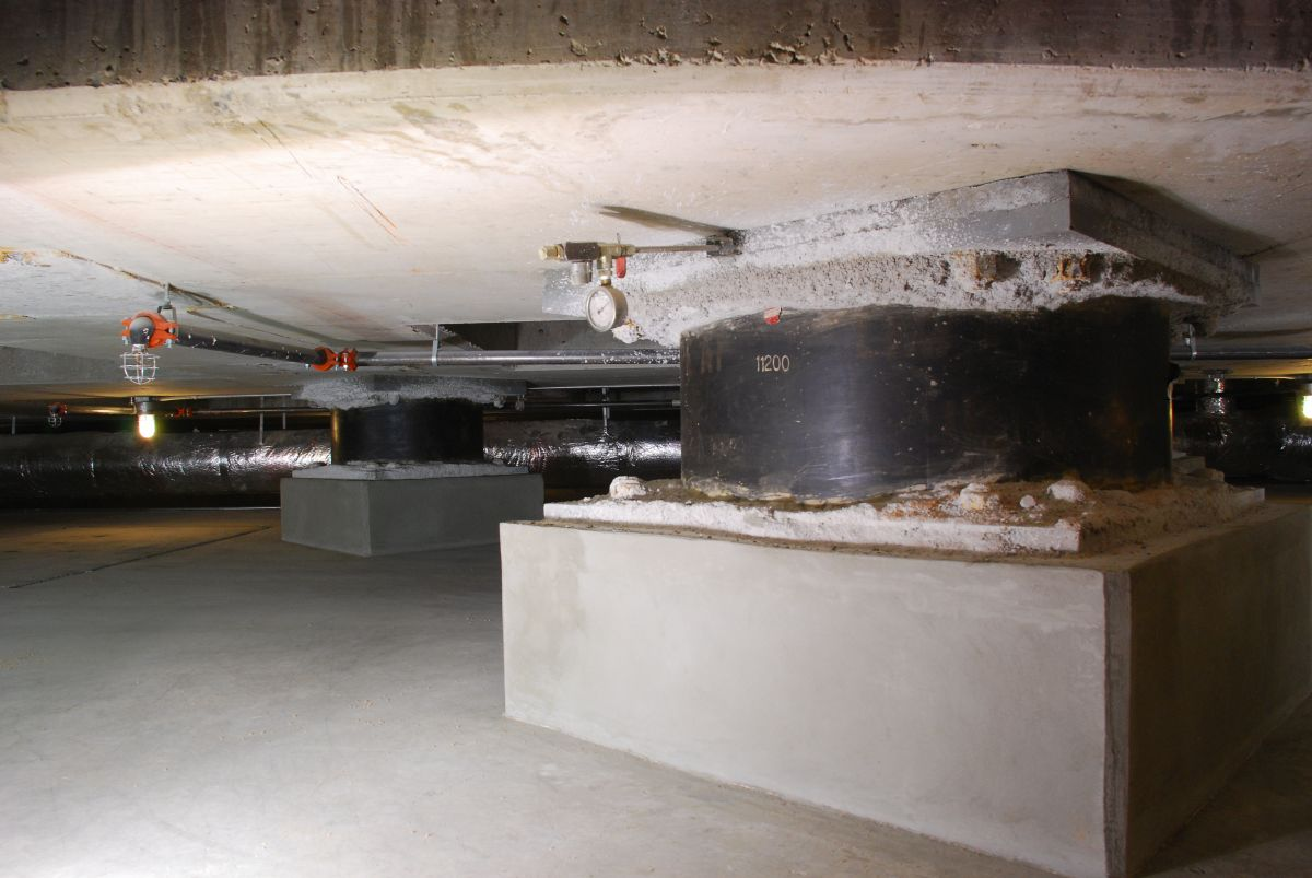 Base isolators under the Utah state capitol. Image credit: Mike Renlund via Wikimedia Commons