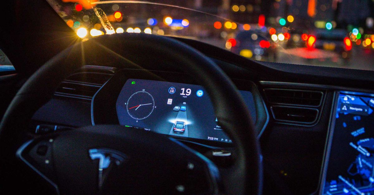 Opitý vodič spal za volantom: Policajti nevedeli zastaviť autopilota Tesly!