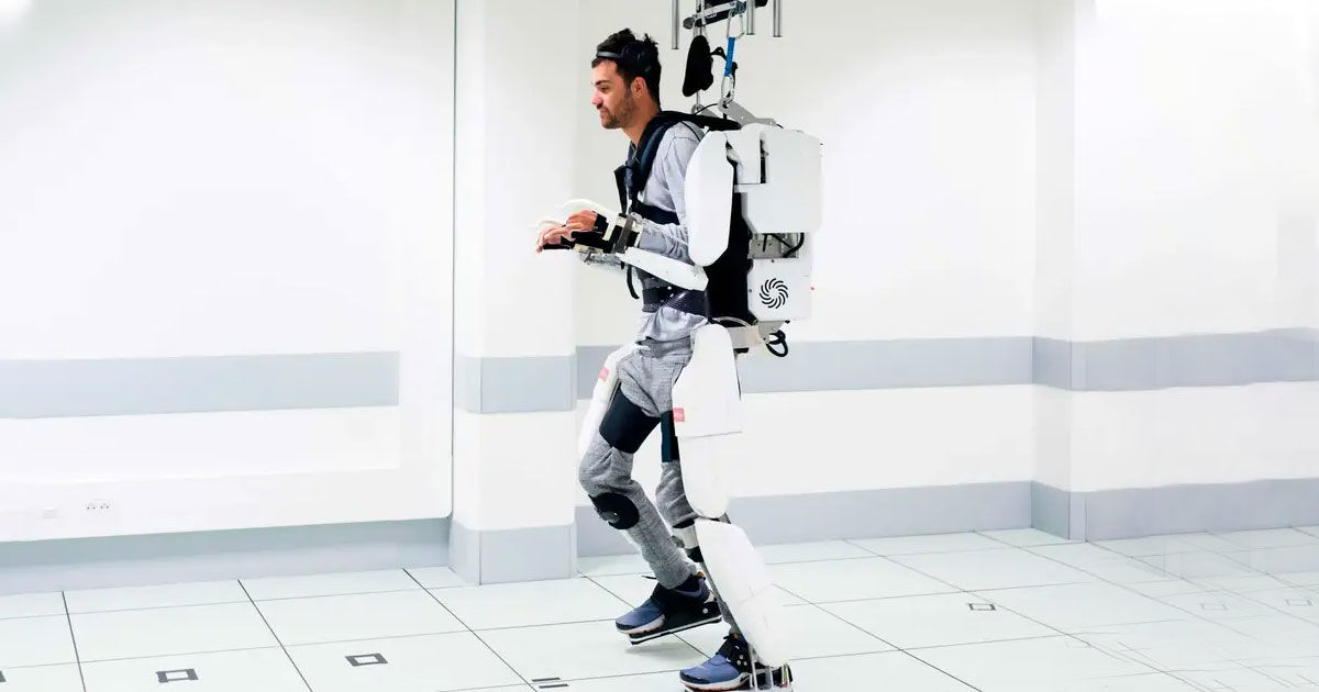 """Watch a Paralyzed Man """"Walk"""" Using a Mind-Reading Exoskeleton"""