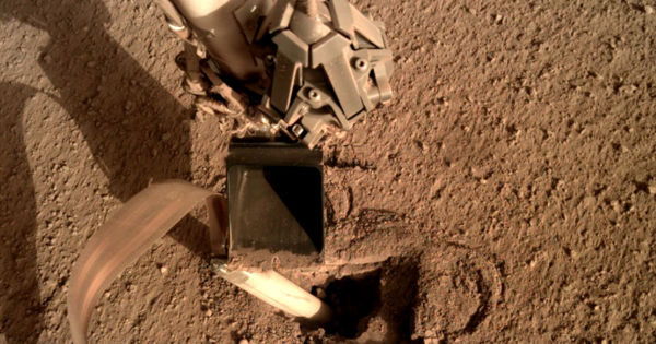 NASA fixes Mars lander by telling it to hit itself with a shovel