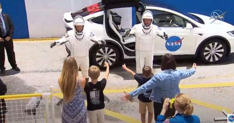 https://wp-assets.futurism.com/2020/05/Watch-Astronauts-Give-Families-Virtual-Hug-768x403.jpg