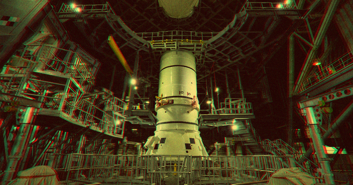 Former NASA Leader Says SpaceX Should Build NASA's Moon Rocket